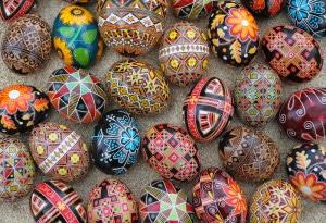 """En Ukraine comme en Pologne, l'œuf de Pâques rituellement associé à la venue du printemps s'appelle le Pyssanka, """"l'œuf écrit"""" car, coloré ou peint."""