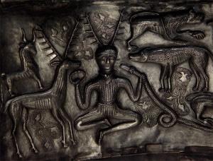 Cernunnos, sur le chaudron de Gundestrup, Danemark, IIe siècle av. J.-C. Crédit : Bloodofox via Wikimédia (cc)