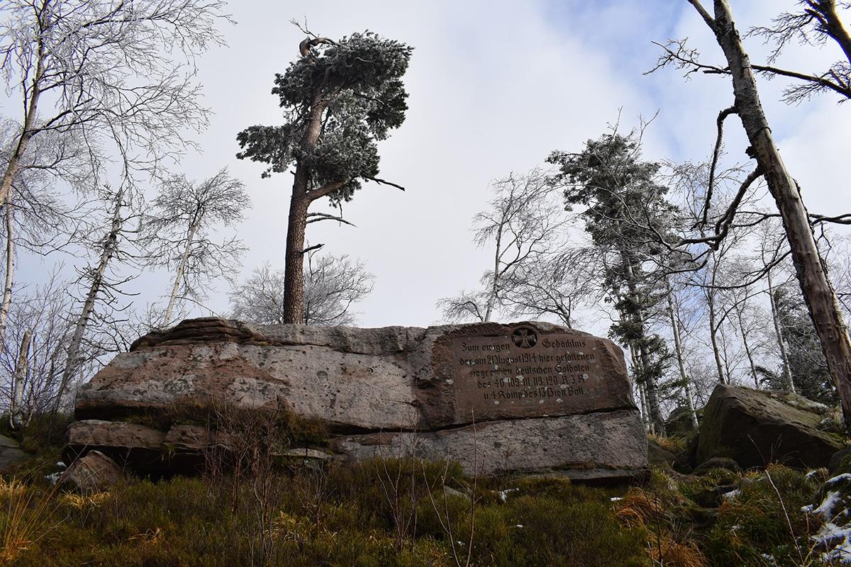 Stèle mémorielle au sommet du Petit Donon
